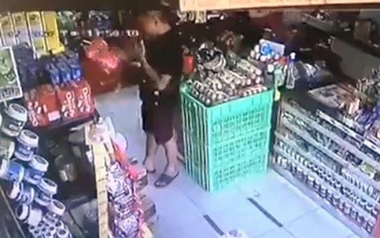 Thông tin bất ngờ về người đàn ông bôi nước bọt lên hàng hóa ở siêu thị Đà Nẵng - Ảnh 1