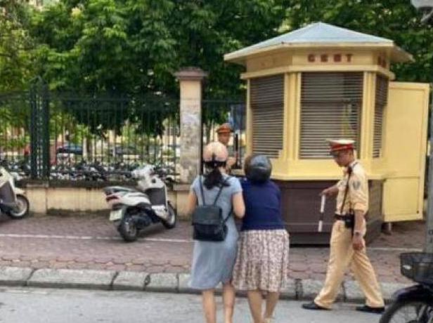 Tin tức thời sự mới nóng nhất hôm nay 7/7/2020: CSGT Hà Nội lên tiếng vụ cán bộ bị tố kéo ngã 2 phụ nữ đi xe máy - Ảnh 1