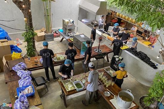 """Nhóm du khách nhóm lên """"bếp lửa thiện nguyện"""", nấu hàng nghìn suất cơm ủng hộ tuyến đầu chống dịch - Ảnh 1"""