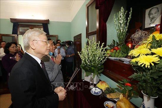 Tổng Bí thư, Chủ tịch nước Nguyễn Phú Trọng dâng hương tưởng niệm Chủ tịch Hồ Chí Minh - Ảnh 2