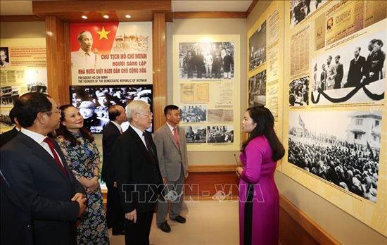 Tổng Bí thư, Chủ tịch nước Nguyễn Phú Trọng dâng hương tưởng niệm Chủ tịch Hồ Chí Minh - Ảnh 6