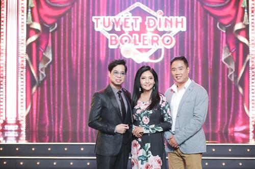 Anh Ba Ngọc Sơn đệm đàn cho danh ca Họa Mi hát ngay tại sân khấu Tuyệt đỉnh Bolero 2020 - Ảnh 1