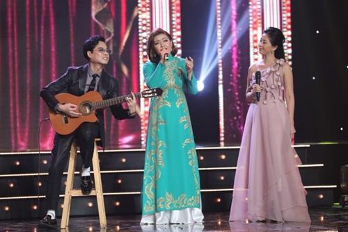 Anh Ba Ngọc Sơn đệm đàn cho danh ca Họa Mi hát ngay tại sân khấu Tuyệt đỉnh Bolero 2020 - Ảnh 2