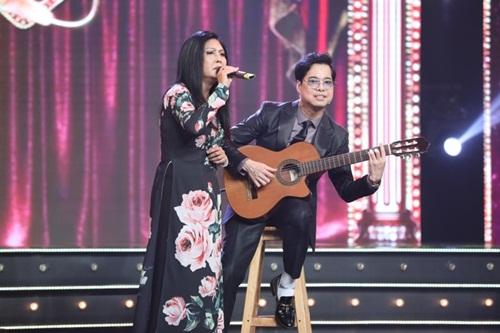 Anh Ba Ngọc Sơn đệm đàn cho danh ca Họa Mi hát ngay tại sân khấu Tuyệt đỉnh Bolero 2020 - Ảnh 3