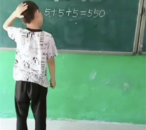 """""""5+5+5=550"""": Cậu bé chỉ dùng một nét này biến sai thành đúng khiến cư dân mạng thán phục """"thiên tài đây rồi"""" - Ảnh 1"""