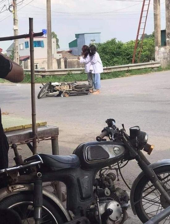 Đang đi học thì xe đổ giữa đường, 2 nữ sinh lập tức lấy điện thoại làm hành động này khiến dân mạng ngán ngẩm - Ảnh 1