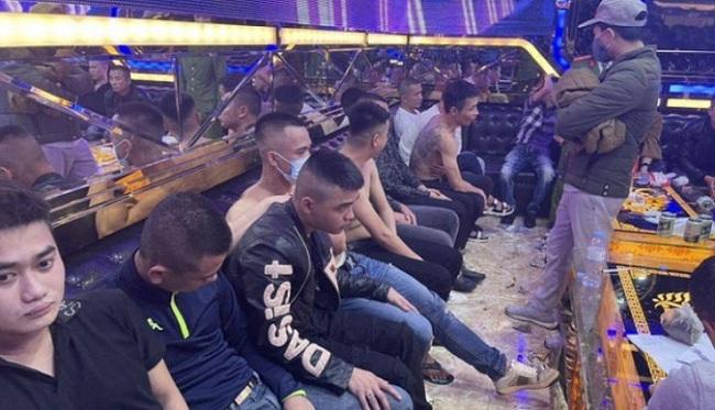 """Nhóm đối tượng """"cộm cán"""" ở Nghệ An thác loạn trong quán Karaoke Hoàng Anh - Ảnh 1"""