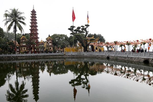 Người Hà thành tấp nập đi lễ chùa, cầu bình an trong ngày đầu năm mới - Ảnh 3