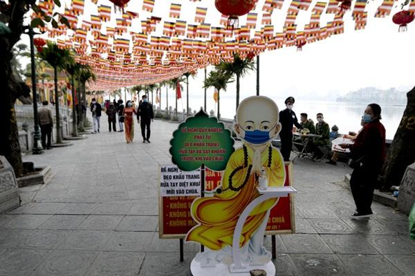 Người Hà thành tấp nập đi lễ chùa, cầu bình an trong ngày đầu năm mới - Ảnh 4