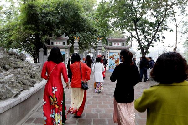 Người Hà thành tấp nập đi lễ chùa, cầu bình an trong ngày đầu năm mới - Ảnh 5