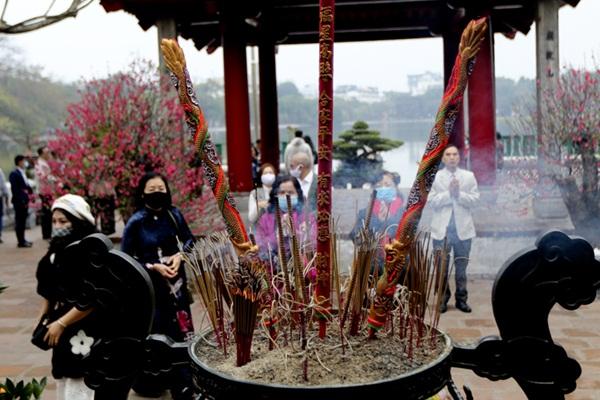 Người Hà thành tấp nập đi lễ chùa, cầu bình an trong ngày đầu năm mới - Ảnh 6