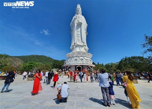 Người Hà thành tấp nập đi lễ chùa, cầu bình an trong ngày đầu năm mới - Ảnh 7