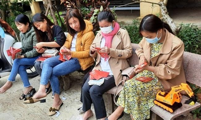 Người thầy mang lì xì bất ngờ đến 4.300 học sinh dân tộc thiểu số tại Nam Trà My - Ảnh 1