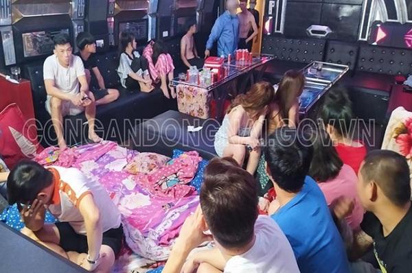 Bất chấp lệnh cấm, quán karaoke vẫn mở cửa, cho khách mang cả chăn gối vào phòng hát - Ảnh 1