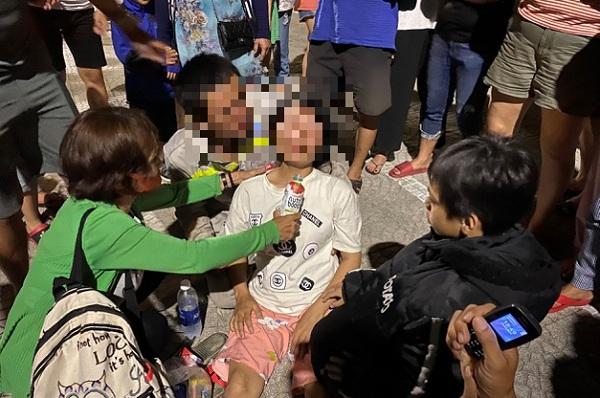 Mẹ mang thai khóc ngất bên bờ biển khi nhận thi thể con trai 7 tuổi đuối nước tử vong thương tâm - Ảnh 1