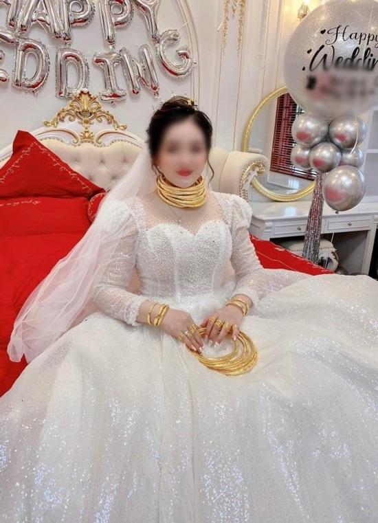 """Cô dâu đeo vàng nặng trĩu cổ, lại được mẹ tặng món quà """"siêu to khổng lồ"""" khiến cư dân mạng choáng váng - Ảnh 1"""
