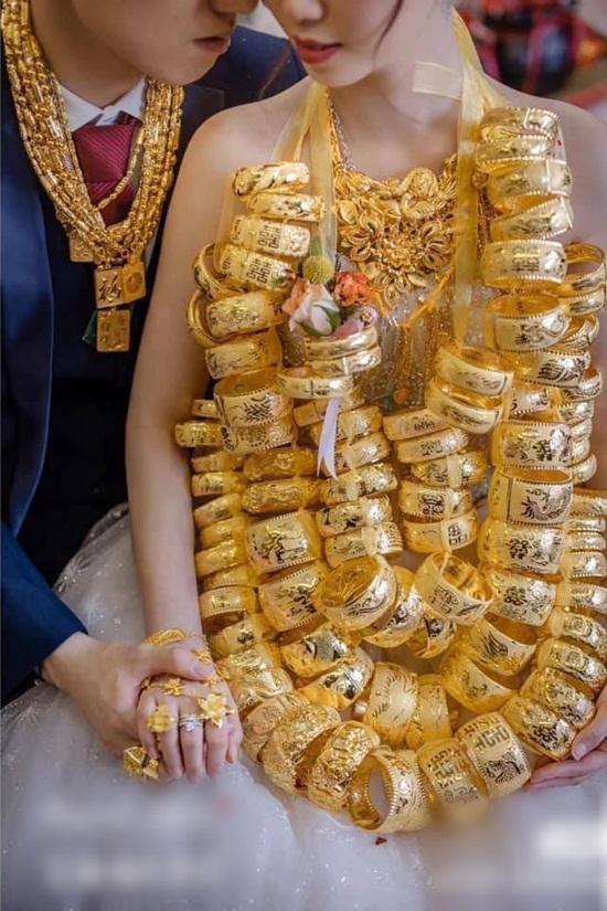"""Cô dâu đeo vàng nặng trĩu cổ, lại được mẹ tặng món quà """"siêu to khổng lồ"""" khiến cư dân mạng choáng váng - Ảnh 5"""