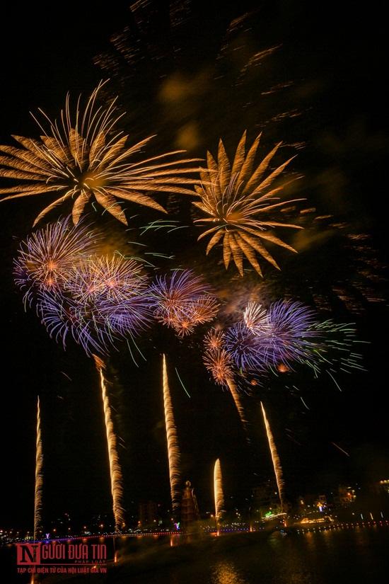 Dòng người đông đúc ngắm pháo hoa tầm cao trên bầu trời đất Tổ - Ảnh 4