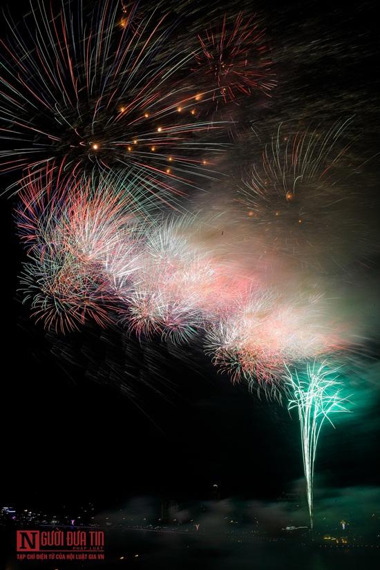 Dòng người đông đúc ngắm pháo hoa tầm cao trên bầu trời đất Tổ - Ảnh 5