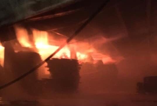 Cháy lớn tại xưởng gỗ khu công nghiệp Sóng thần 3 - Ảnh 1