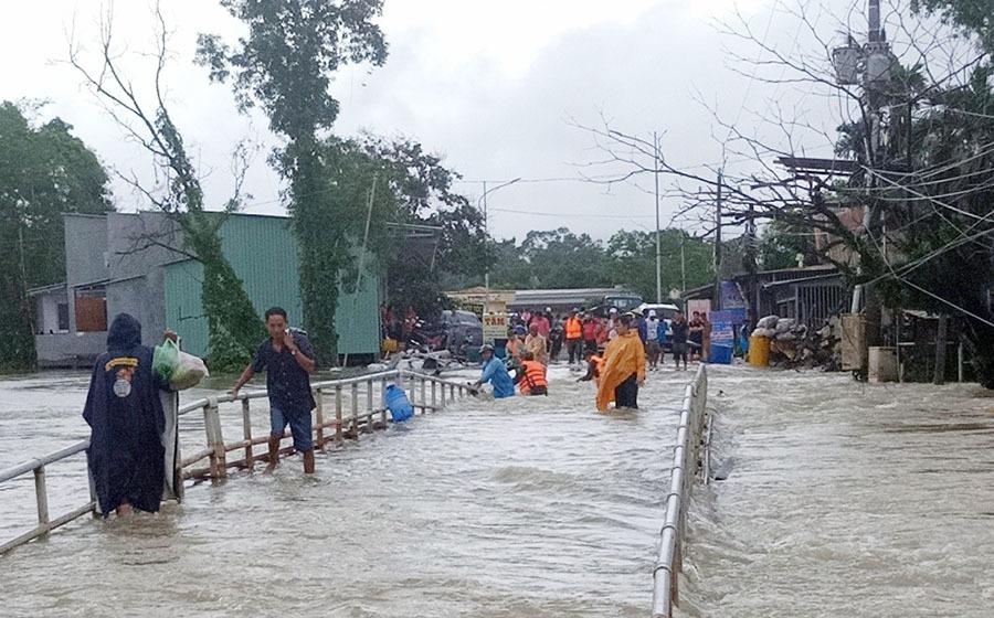 """Phú Quốc """"chìm trong biển nước"""", 2.000 người phải sơ tán sau trận mưa dài kỉ lục - Ảnh 9"""
