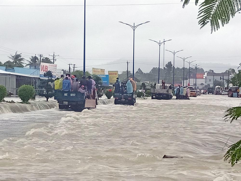"""Phú Quốc """"chìm trong biển nước"""", 2.000 người phải sơ tán sau trận mưa dài kỉ lục - Ảnh 11"""