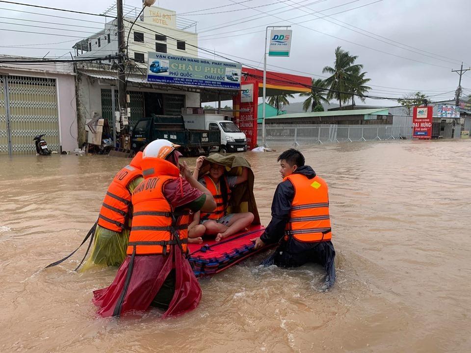 """Phú Quốc """"chìm trong biển nước"""", 2.000 người phải sơ tán sau trận mưa dài kỉ lục - Ảnh 3"""