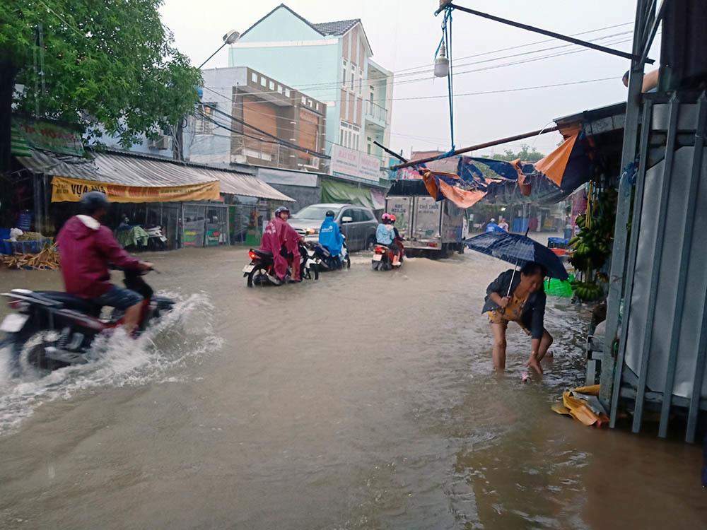 """Phú Quốc """"chìm trong biển nước"""", 2.000 người phải sơ tán sau trận mưa dài kỉ lục - Ảnh 4"""