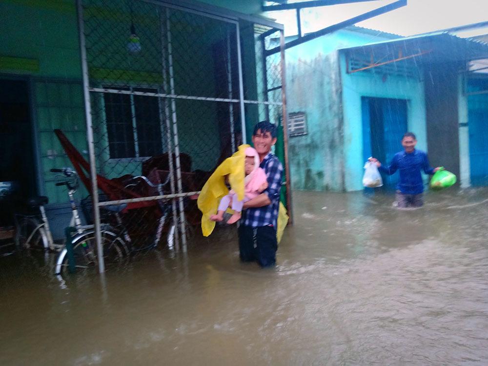 """Phú Quốc """"chìm trong biển nước"""", 2.000 người phải sơ tán sau trận mưa dài kỉ lục - Ảnh 8"""