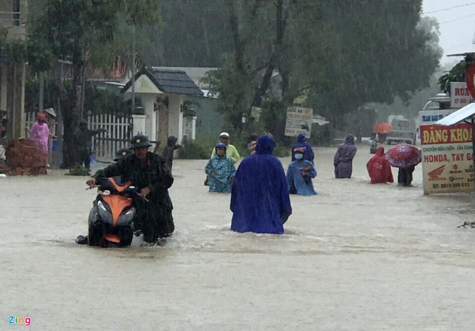 """Phú Quốc """"chìm trong biển nước"""", 2.000 người phải sơ tán sau trận mưa dài kỉ lục - Ảnh 12"""