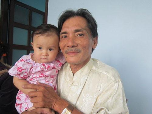 Những sao Việt làm cha khi tuổi đã lớn: Người phong độ ngời ngời, người miệt mài kiếm tiền nuôi con - Ảnh 4