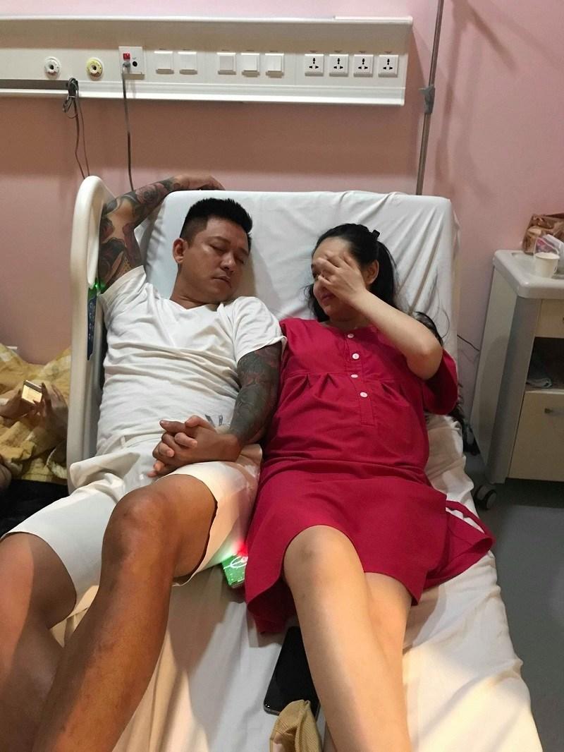 Người hâm mộ bất ngờ hình ảnh Tuấn Hưng nằm đất chăm vợ sinh con - Ảnh 2