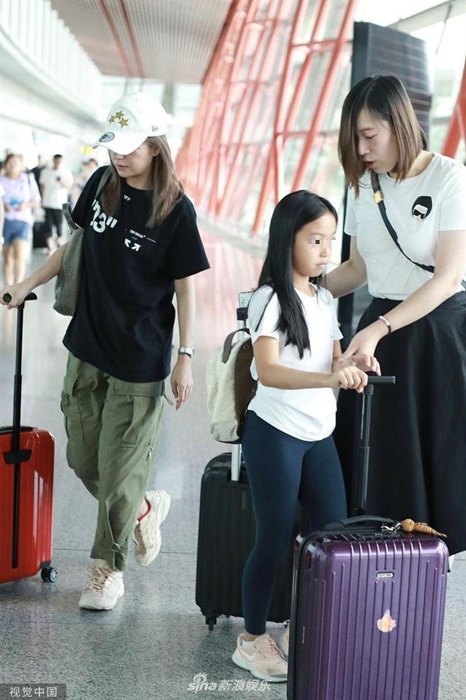 Triệu Vy lộ vẻ mệt mỏi, xuất hiện cùng con gái tại sân bay - Ảnh 2