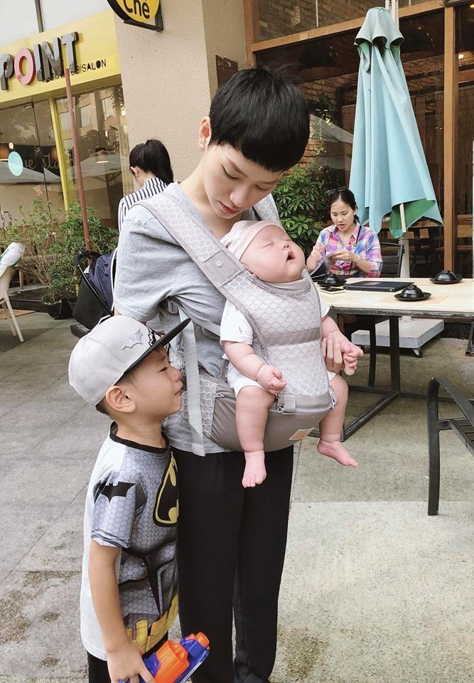 """Loạt ảnh ngộ nghĩnh như """"diễn viên hài"""" của quý tử mới 4 tháng tuổi của Trà My Idol - Ảnh 5"""