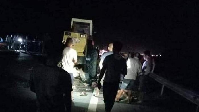 Xe máy tông xe lu đậu bên đường, 2 thanh niên tử vong tại chỗ - Ảnh 1