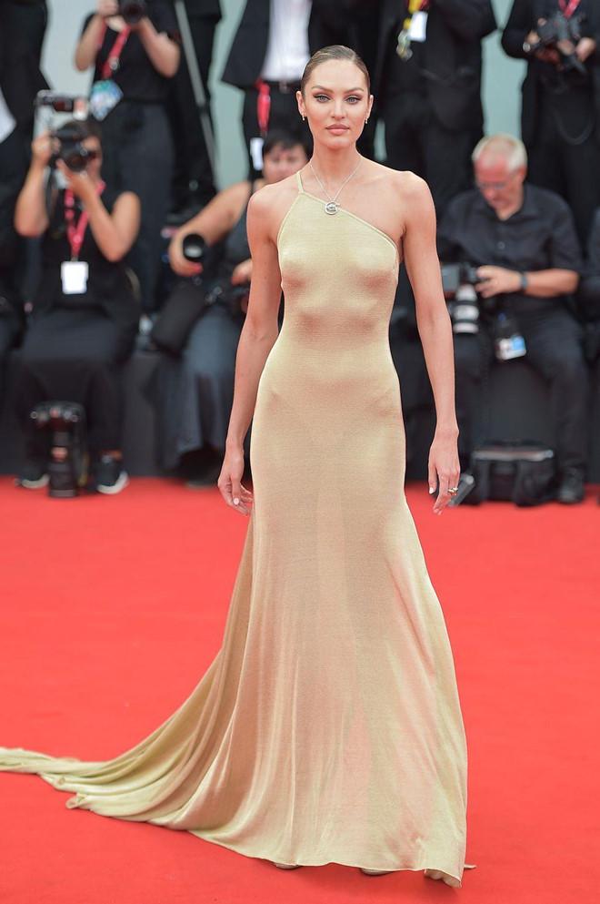 """Dàn chân dài Victoria's Secret """"đốt nóng"""" thảm đỏ Liên hoan phim Venice - Ảnh 4"""