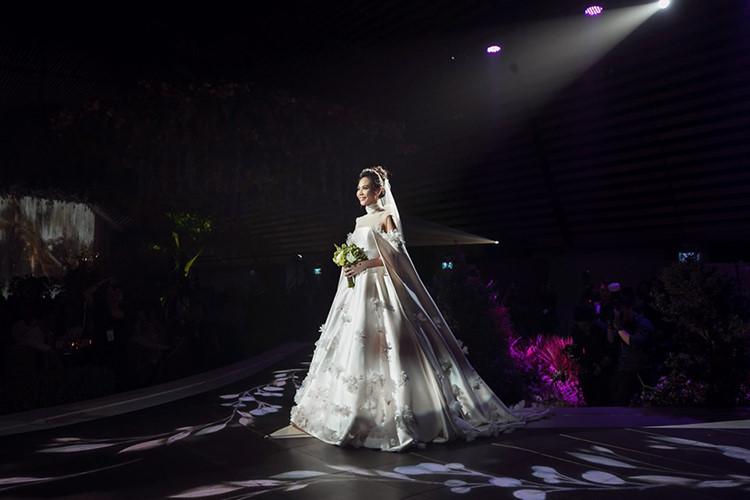 Sau đám cưới, Đàm Thu Trang bất ngờ hé lộ về chiếc váy đặc biệt trong hôn lễ - Ảnh 1