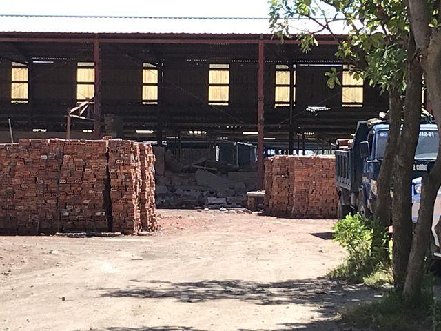 Sập tường nhà máy gạch, 4 phạm nhân nhập viện cấp cứu - Ảnh 1