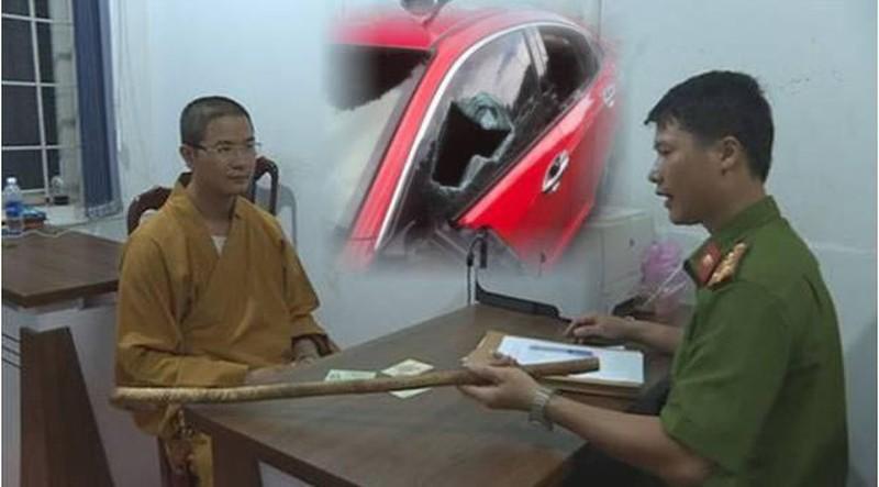 Thầy chùa đập vỡ kính ô tô người đi đường được đưa đi điều trị tâm thần - Ảnh 1
