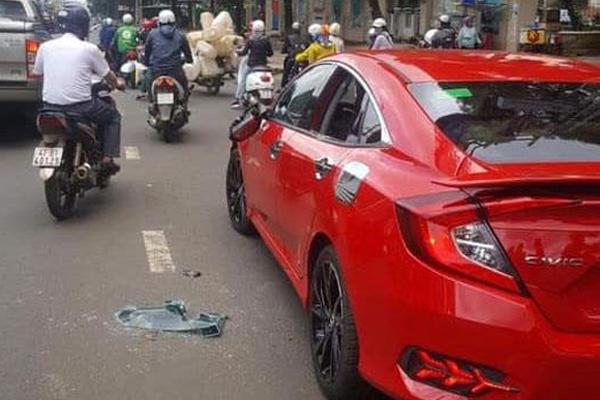 Thầy chùa đập vỡ kính ô tô người đi đường được đưa đi điều trị tâm thần - Ảnh 2