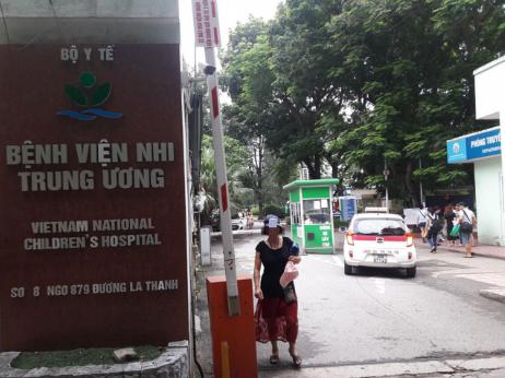 Cháu bé 3 tuổi bị bỏ quên trên xe đưa đón hơn 7 tiếng ở Bắc Ninh - Ảnh 1