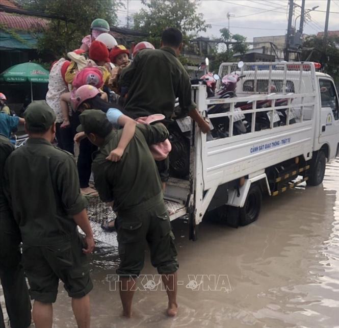 Hàng chục chiến sĩ công an giúp dân vượt qua các tuyến đường ngập ở Bình Dương - Ảnh 1