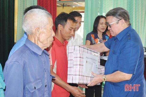 Chủ tịch Hội Nông dân Việt Nam trao quà người dân vùng lũ Hà Tĩnh, Quảng Bình - Ảnh 2