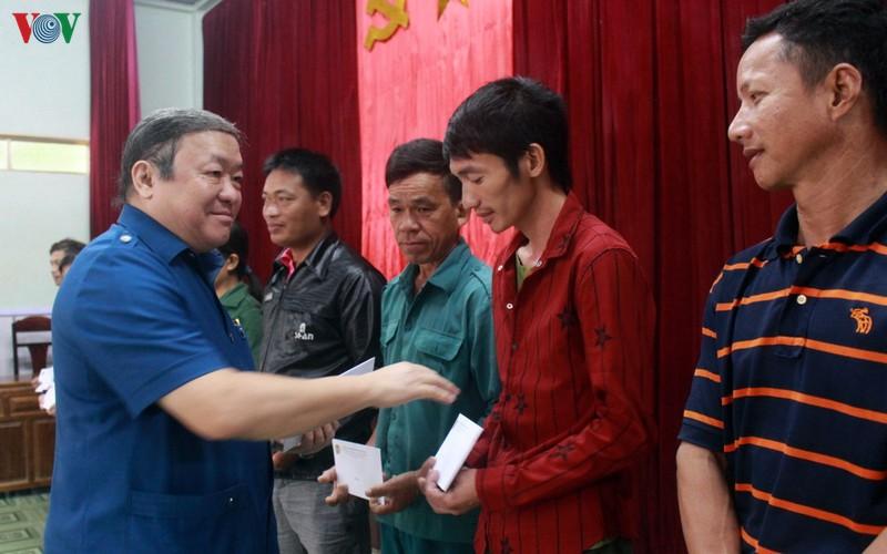Chủ tịch Hội Nông dân Việt Nam trao quà người dân vùng lũ Hà Tĩnh, Quảng Bình - Ảnh 1