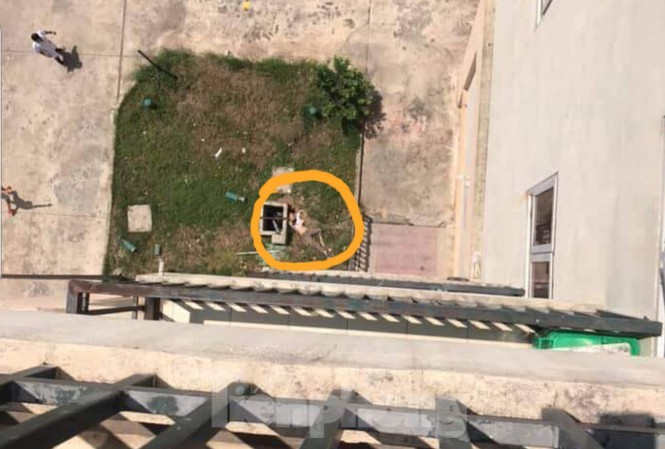 Con trai 2 tuổi bị đuối nước, mẹ quẫn trí nhảy từ tầng 7 bệnh viện xuống sân tự tử - Ảnh 1