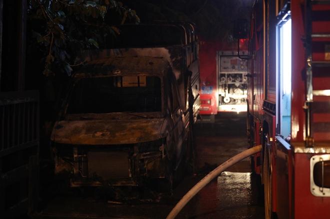Cháy khu nhà xưởng đồ chơi tại KCN Ngọc Hồi, một ô tô bị thiêu rụi - Ảnh 2