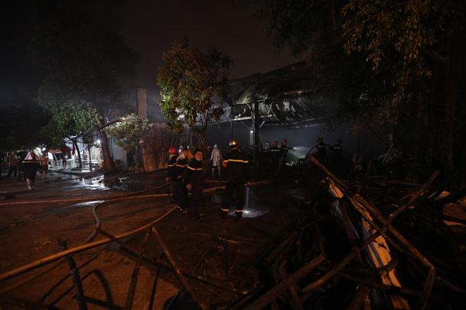 Cháy khu nhà xưởng đồ chơi tại KCN Ngọc Hồi, một ô tô bị thiêu rụi - Ảnh 3