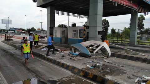 Xe container tông nát cabin thu phí cao tốc TP.HCM - Trung Lương - Ảnh 1