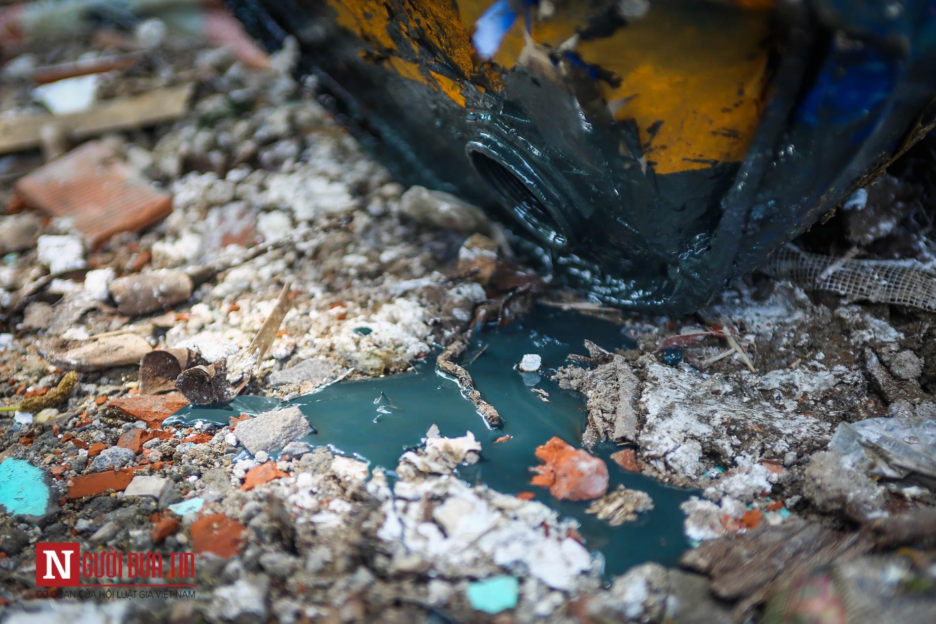 Hàng loạt thùng phuy nghi chứa hóa chất độc hại bị đổ trộm ra Đại lộ Thăng Long - Ảnh 6