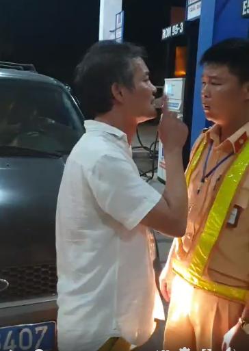Tài xế biển xanh chửi bới, tát cảnh sát giao thông Thanh Hóa bị phạt 2,5 triệu đồng - Ảnh 1
